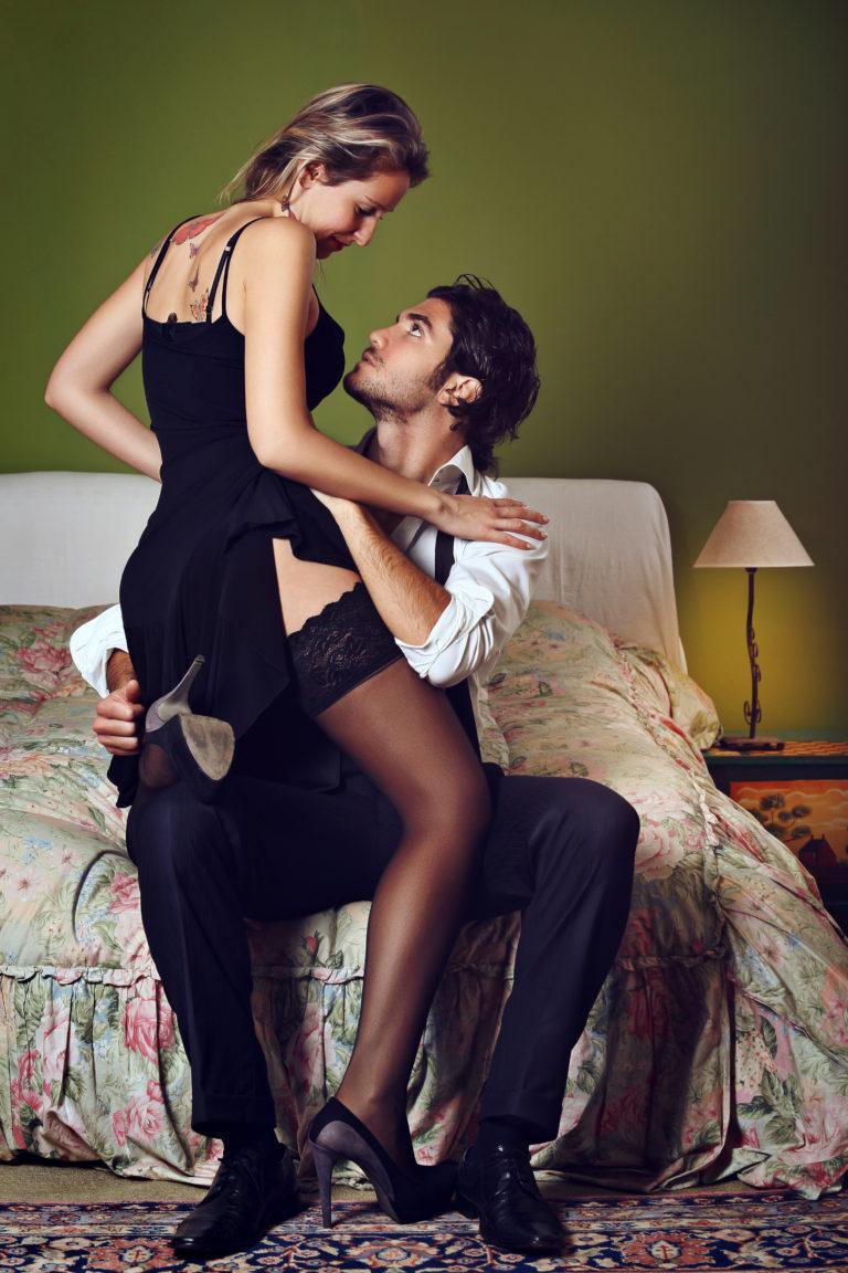 минет сперма, жена дразнит мужа и друга в откровенном платье общем, конце одного